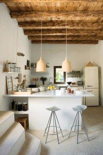 Tavan placat cu lemn si pardoseala din beton lustruit in bucatarie mica