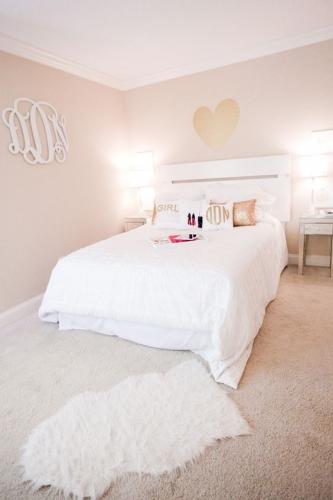 Amenajare romantica dormitor cu mocheta pufoasa
