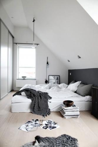 Dormitor cu pat alb si perete negru
