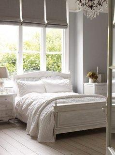 Mobila de dormitor alba din lemn masiv