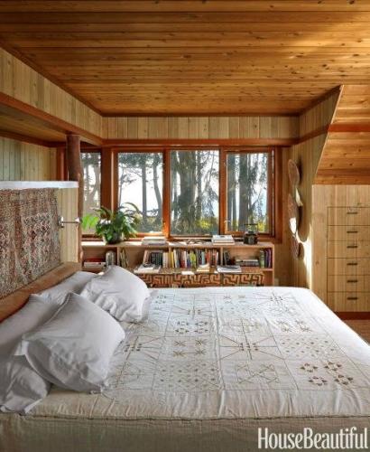 Pat alb in dormitor amenajat cu lemn