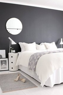 Perete de accent negru in dormitor