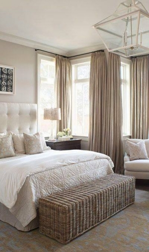 Pereti crem si mobila alba dormitor romantic