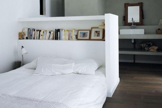 Tablie de pat realizata din rigips cu etajere pentru carti