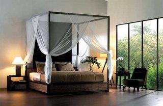 Baldachin cu perdele albe semitransparente pentru un dormitor minimalist