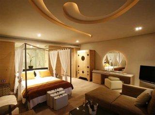 Baldachin romantic in dormitor cu masuta de toaleta cu oglinda rotunda