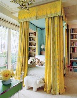 Camera pentru fetite cu pat cu perdea si baldachin