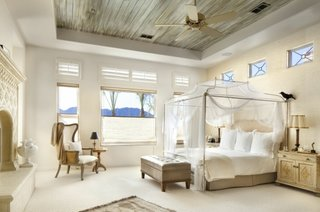 Decor modern pentru dormitor cu pat pe mijloc cu baldachin