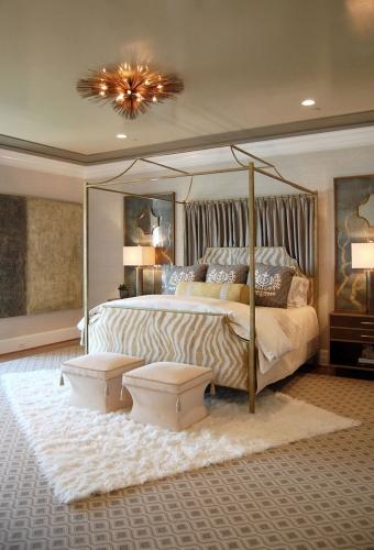 Dormitor amenajat in albastru, gri , crem si accente aurii