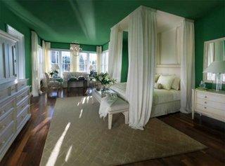 Dormitor amenajat in stil neoclasic cu mobilier alb