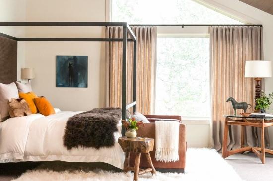 Dormitor amenajat in stil rustic cu pat cu baldachin