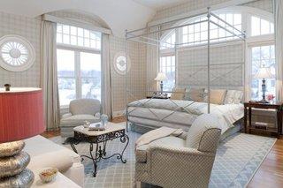Dormitor cu ferestre mari