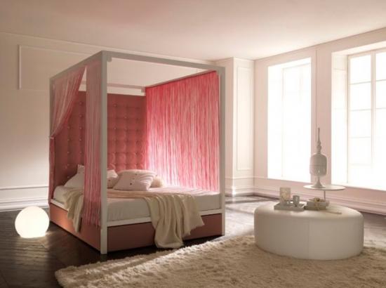 Dormitor minimalist cu pat dublu cu baldachin