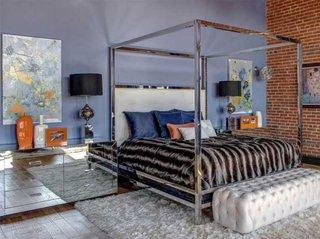 Dormitor modern cu baldachin si noptiere cu oglinzi