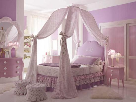 Dormitor pentru fetite amenajat cu roz si model de baldachin fixat in tavan