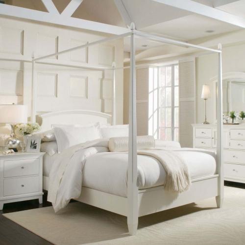 Dormitor romantic amenajat complet in alb cu pat cu baldachin