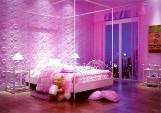 Dormitor roz de fetita cu baldachin alb din fier forjat