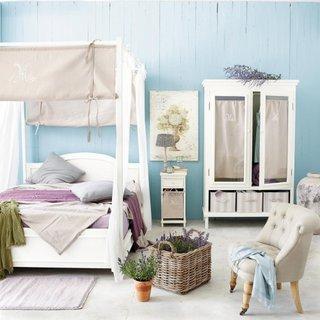 Pereti bleu si mobilier alb amenajare moderna pentru dormitor