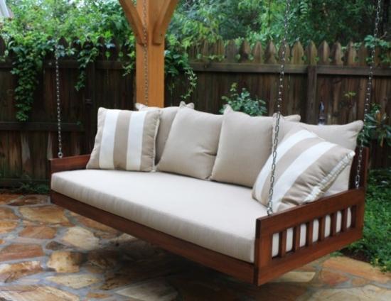 Model de pat suspendat din lemn lacuit pentru gradina