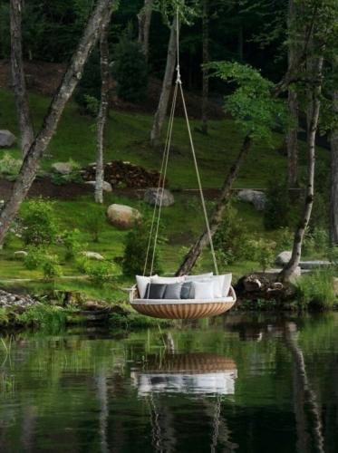 Pat rotund suspendat de un copac chiar deasupra apei