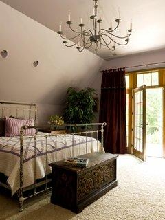 Dormitor clasic cu pat si candelabru din fier forjat
