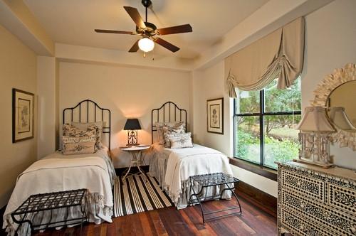 Dormitor clasic cu paturi de 1 persoana realizate din fier forjat