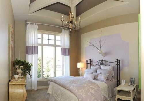 Dormitor clasic zugravit in crem si accente lila si pat din fier forjat