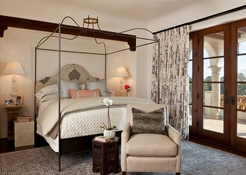 Dormitor in stil mediteranean cu pat din fier forjat