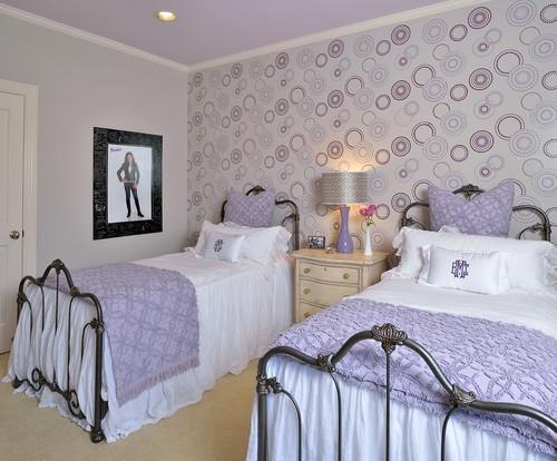 Dormitor pentru 2 fete cu paturi argintii din fier forjat si accesorii violet