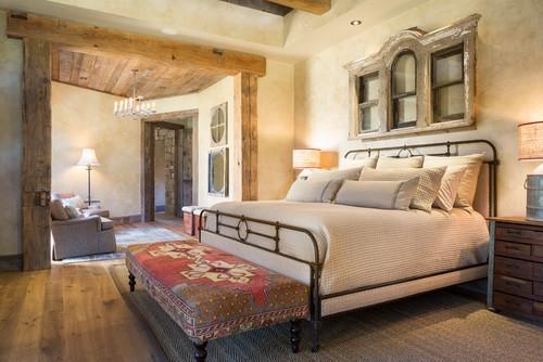 Dormitor rustic cu pat din fier forjat