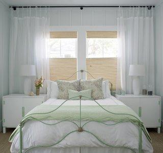 Pat din fier vopsit cu vernil in dormitor amenajat in stil beach-style