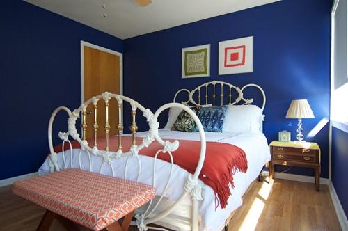 Pat model antic reconditionat in dormitor modern varuit in albastru clasic