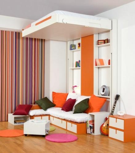 Camera moderna in nuante de orange cu pat suspendat pe perete