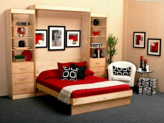 Dormitor cu pat din lemn rabatabil si covor gri