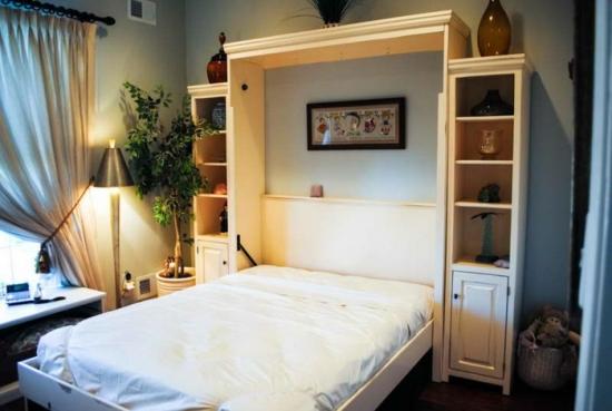 Dormitor mic cu pat rabatabil pe verticala