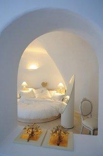 Decor alb cu petele de culoare de la elementele decorative