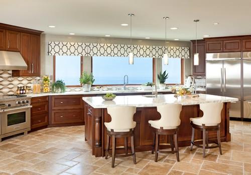 Bucatarie cu mobila din lemn masiv si ferestre mari cu perdeleluta scurta alba cu modele maro