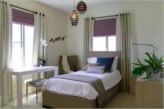 Combinatie de jaluzele si draperii asortate in dormitor