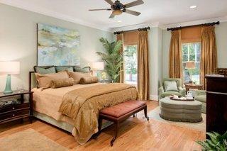 Dormitor cu doua geamuri cu jaluzele si draperii separate pentru fiecare fereastra