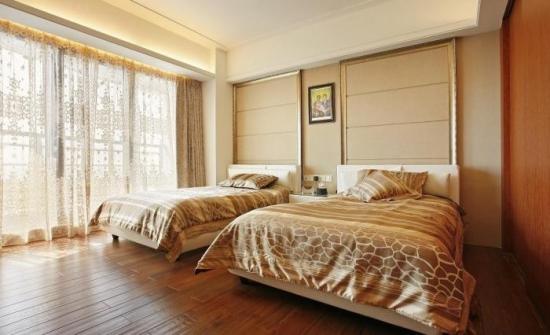 Dormitor mare cu doua paturi si perdea din perete in perete