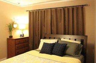 Dormitor mic cu draperie maro inchis