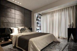 Dormitor prelungit pana in balcon cu jaluzele mate
