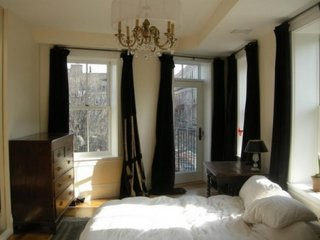 Draperii maro inchis asortate cu mobila de dormitor