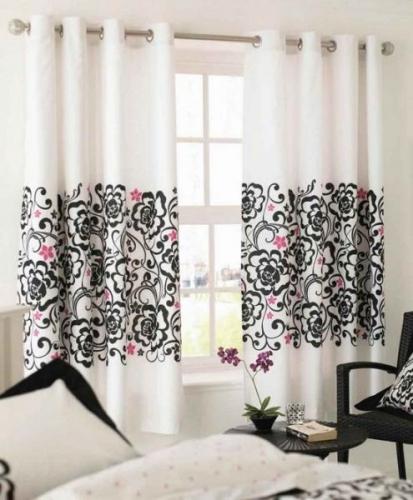 Perdea alba cu flori negre si roz pentru un dormitor modern