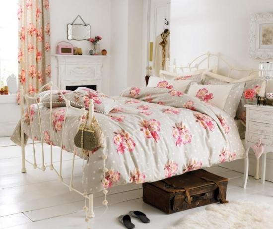 Perdele gri cu flori mari roz pentru un dormitor romantic