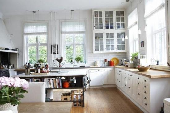 Amenajare in alb pentru bucatarie cu rolete textile albe translucide