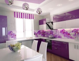 Amenajare moderna pe alb si violet a unei bucatarii cu perdeluta asortata