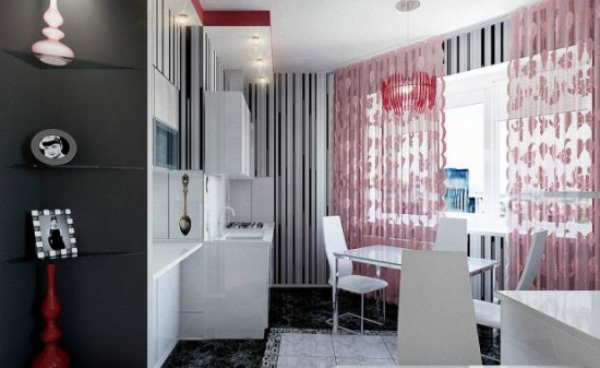 Bucatarie mica cu mobilier alb lucios si perdea lunga roz pal cu flori din voal transparent
