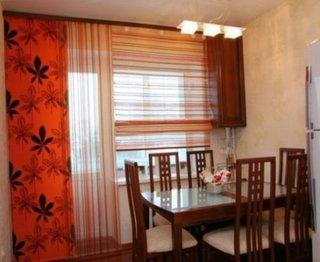 Draperie pentru bucatarie portocalie cu flori maro inchis si perdele semitrasparente in dungi