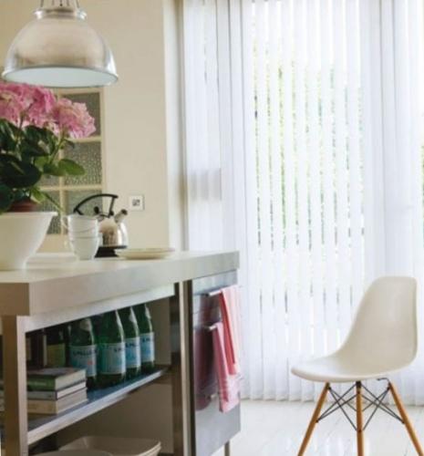 Jaluzele albe verticale pentru un geam inalt la bucatarie